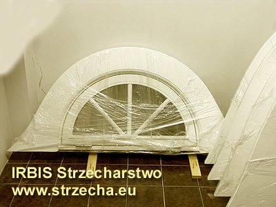 """Zwykle wewnętrzna obróbka dachu w miejscach dojścia do okien zwęża się uniemożliwiając pełne otwarcie okna. Dlatego preferujemy i polecamy okna otwierane na zewnatrz, co jest wygodne i bezpieczne. Okna posiadają  blokady pozycji, co uniemożliwia """"trzaskanie"""" przy silnym wietrze czy przeciągu."""