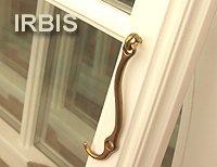 IRBIS Strzecharstwo. Blokada okna, pojedyńcze dla każdego skrzydła, wykonane jest z cynkowanej galwanicznie stali! Prostota rozwiązania czyni z niego niezawodne i trwałe rozwiązanie.